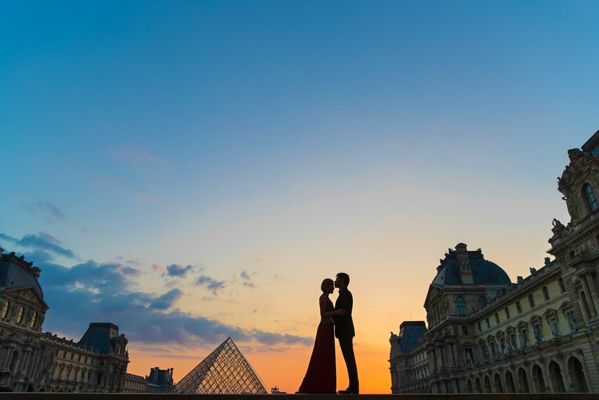 Paris photographer paris engagement photos Louvre Museum at suns